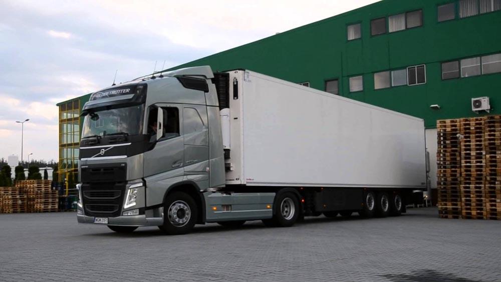 грузовик на погрузке у склада